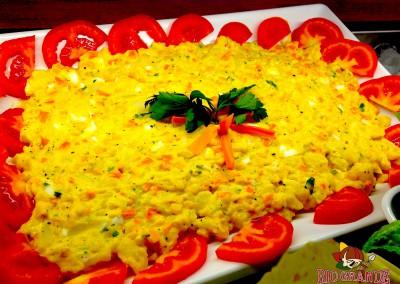 insalata di patate verdure con maionese e uova, contorno di pomodori